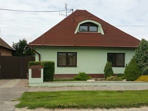 NEO – ponúkame na predaj pekný rodinný dom s garážou v Majcichove