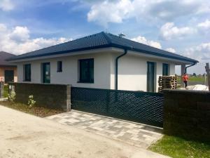 Kvalitný samostatný 4 izbový bungalov v štandarde v obci Hviezdoslavov v blízkosti Regiojetu.