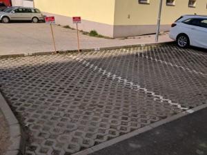 Parkovacie miesto na Strojárenskej ul., blízko Hlavnej ulice