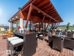 Arvin & Benet | Štýlový plážový bar so stálou klientelou