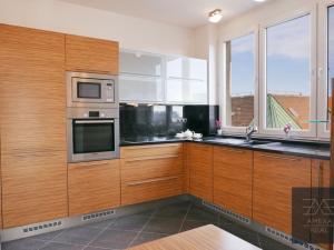 AMEXA REAL ponúka na predaj nadštandardný 3 izbový byt s priestrannou terasou v centre mesta, možnos