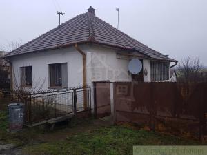 Starší rodinný dom so záhradou v obci Radošina na predaj