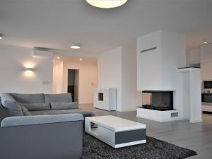 Luxusný 5 izbový byt v mestských vilách s krbom, terasou dvomi balkónmi, parkovacím státím a pivnico