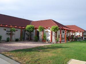 Rodinná vila na predaj Kráľová nad Váhom 402 m2, 5 veľkých izieb, s veľkou záhradou, jakuzzou a peta