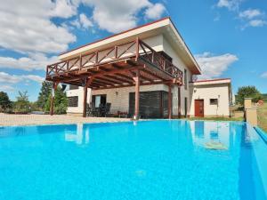 PNORF –  vila nad posvätenou obcou Mariánka, s terasou, bazénom a s výhľadom za hranice krajiny