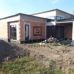 Predaj moderný 4-izbový rodinný dom s garážou a pekným pozemkom vo Veľkom Grobe.