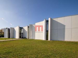 Na predaj moderná a nadštandardná rodinná vila s rozsiahlym pozemkom a bazénom v krásnom prostredí