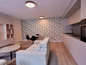2 izbový exkluzívne a účelne zariadený byt v modernom štýle v novostavbe s priestrannou lodžiou v ce