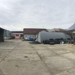 Priemyselný areál o výmere 2422 m2 s objektmi na skladovanie, ubytovanie a výrobu.