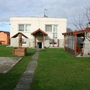 NOVÁ STRECHA - 2 podlažný dom s priestrannou záhradou v parkovej úprave/Láb