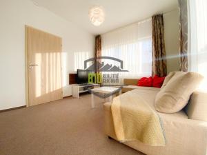 MELROSE- Slnečný 2 izbový apartmán v komplexe s bazénom a 2 parkovacími miestami