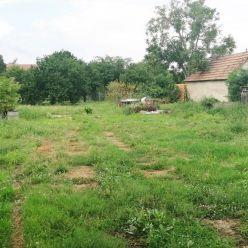 Pozemok s rozlohou 1917 m2 na predaj, so starším domom, Rovinka