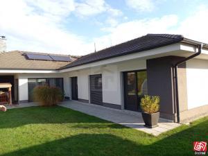 Directreal ponúka REZERVOVANÉ Exkluzívny 5 izbový bungalov s bazénom a dvojgarážou v Hamuliakove