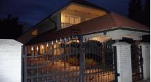 Predaj 5-izbovej rodinnej vily s bazénom a garážou na veľkom pozemku v Kráľovej pri Senci.
