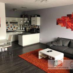 Ponúkame na prenájom pekný priestranný, zariadený 2-izbový byt s terasou v centre mesta na pešej zón