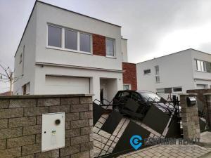 Moderný rodinný dom v skvelej lokalite  s výborným dispozičným riešením a vstavanou garážou
