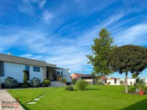 LUXUSNÝ rodinný dom na predaj, zariadený,  samostatná dvojgaráž, vínna pivnica, sauna,  Dunajská Str