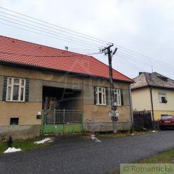 Priestranný vidiecky dom s veľkou záhradou v malej dedinke Lupoč