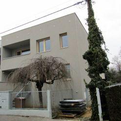 Prenájom – priestranný 1.poschodový rodinný dom po kompletnej rekonštrukcii s garážou, BA Petržalka
