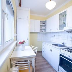 Na predaj útulný 1 izbový byt 36,32m2, s dvoma výťahmi naulici Bílikova v Bratislava - Dúbravka