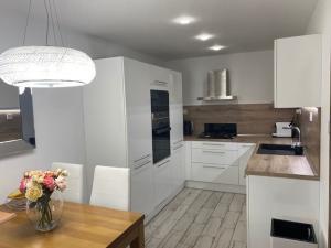 TRNAVA REALITY, s.r.o.  ponúka na predaj krásny moderne riešený 3-izbový byt so zasklenou loggiou na