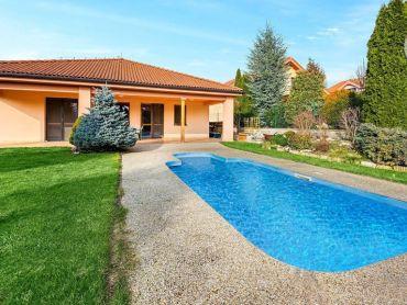 Na predaj priestranný rodinný dom s bazénom, v krásnom prostredí mesta Nitry