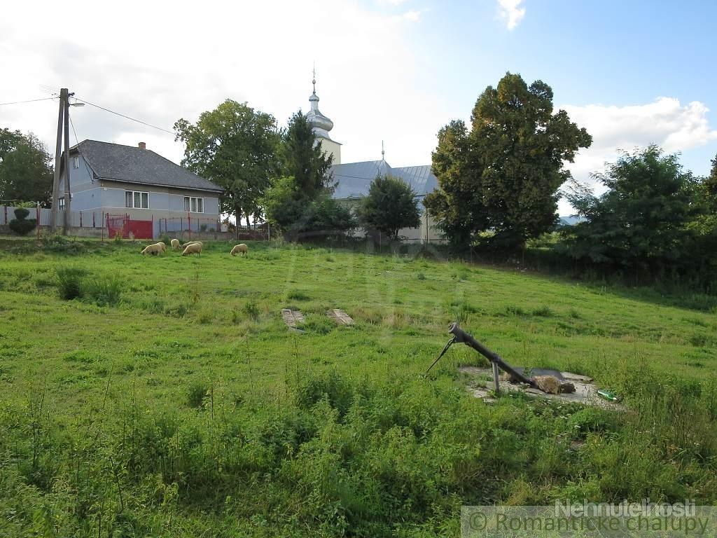 Veľký pozemok s domom na zbúranie obci Chorváty.