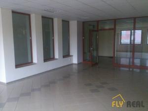 PRENÁJOM obchodných priestorov (66 m2)  v centre mesta SEREĎ