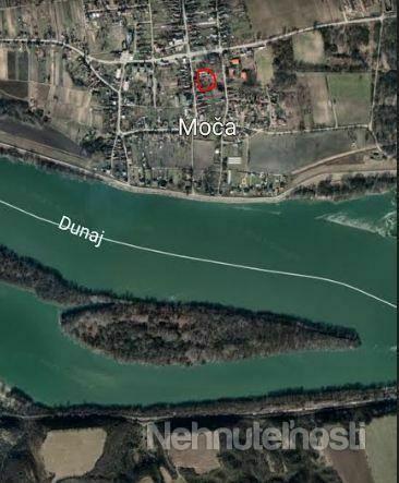 Chalúpka v štýle miestnej architektúry v krásnom prostredí, blízko Dunaja