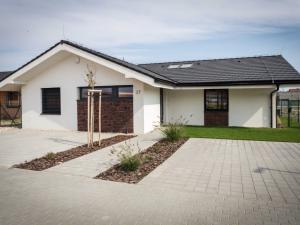 Lastovičky - 4 izbové domy s občianskou vybavenosťou, rodinným parkom a jazerom.