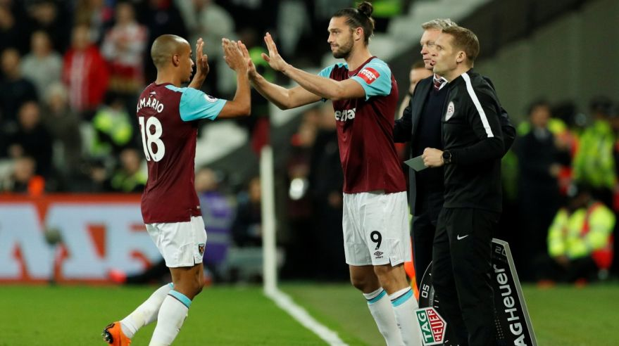 Andy Carroll a Joao Mario z West Hamu United